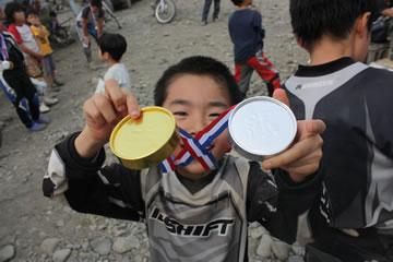 金と銀のメダルで大喜び(メダルは紙だけど)